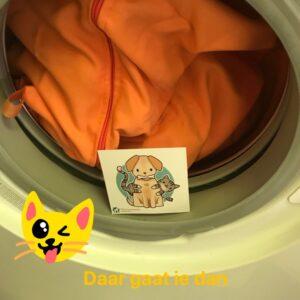 Een volle wasmachine met dierenspullen, geen hondenhaar kattenhaar paardenhaar op de schone was