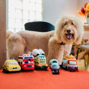 Stevig speelgoed knuffel honden PLAY P.L.A.Y. voertuigen bus boot tram trein taxi